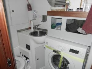 """Främre toalett med """"tvättstuga"""""""