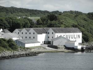 Lagavulins destilleri sett från sjösidan