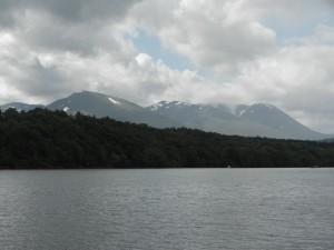 Snöklädda bergstoppar