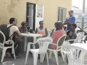 """Ett gäng grabbar sitter och """"jammar"""" på en bar i Espargos"""