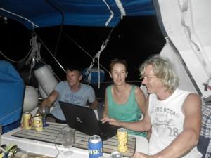 I vantan pa hummer och blackfiskparty. Vannerna Anja och Tommi fran Schweiz och Bernard fran Tyskland