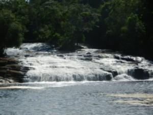 Pa utflykt till litet vattenfall