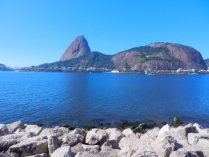 Vy över vår ankarplats i Rio utanför Urca, med Sockertoppen alldeles ovanför