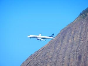 Plan på väg att landa på lokala flygplatsen i Rio