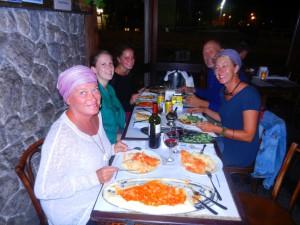 Lena fyller år, firas med gemensamt restaurangbesök