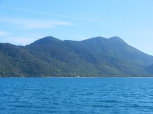 Paraty skärgård med höga öar, fina vikar med sandstränder.