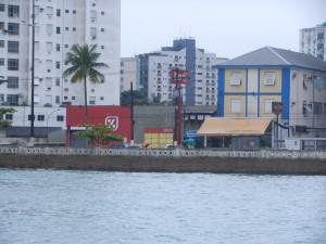 Sista ankarplatsen i Santos. Mataffären Dia% inom nära räckhåll.