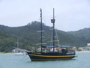 Ett av sjörövarskeppen i Porto Belo. Med döskalle i fören