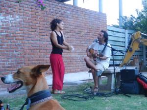 Turkiska Maral dansar och Ugur spelar och sjunger.