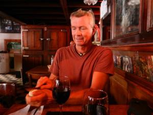 """Ett gott glas argentinskt rödvin ingår till lunch """"Menu del dia"""". Inte så dumt."""