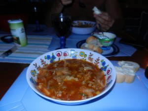 Middag i båten bestående av Nikkaluokta-soppa med argentinskt rödvin, gott.