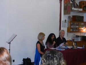 Författarinnan presenterar sin bok.