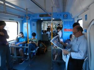 Pendeltåg med rullstolsfäste nere till vänster