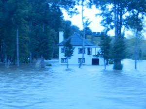 Översvämning i floden, taget i gryningsljus