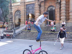 """Cykel tävling i Sao Paulo. Denna """"gubbe"""" cyklade runt i 10 minuter stående på styret."""