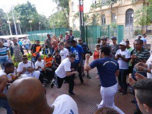 Capoeira är en afrobrasiliansk kultur tradition och kampkonst med inslag av musik, sång, dans och filosofi som utvecklades av afrikanska slavar i Brasilien.