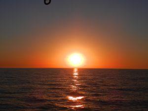 Lena alskar att fota solnedgangar. Har ar en fran havet.