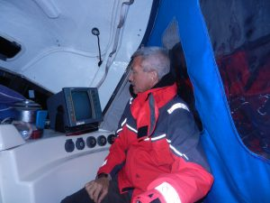 Mitt i natten, kolmorkt ute, sitter och glor pa radarn efter mindre fiskebatar.