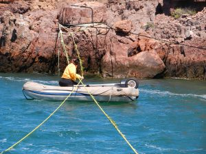 Våran Guest crew, Machai, är satt i arbete med att ta bort sjögräs från tamparna