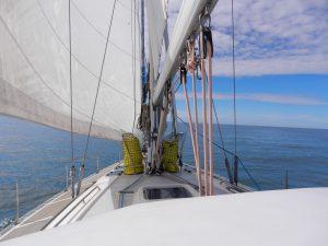 Framme vid masten står två nätsäckar med 120 meter rep vardera. Brottslast otroliga 5 ton. Har ytterligare två till på aktern. Används vid landförtöjning.
