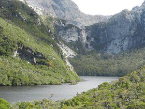 Sjö ca 50 meter över havet, med större vattenfall i bortre ändan