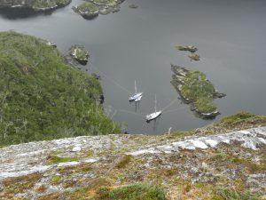 Klättrat upp 220 meter, krupit ut på kanten för att få kort på båtarna