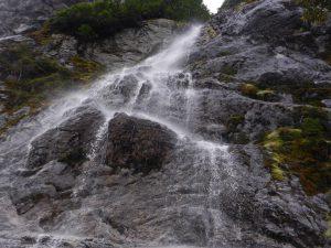 Under ett mindre vattenfall