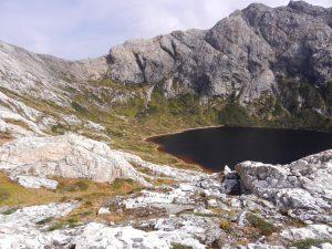 En sjö som ligger minst 300 meter över havet.