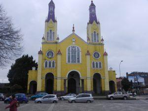Huvudkyrkan i Castro. Den ar beromd for att den ar helt byggd i tra.