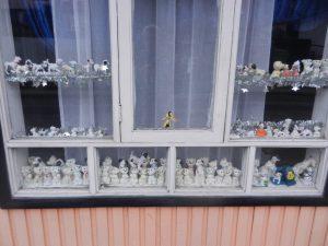 Typiskt fonsterpynt i Chile. Olika typer av leksaker. Har de 101 Dalmartinerna.
