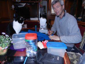 Sitter vid köksbordet och syr lite kapell. Katen ska alltid vara med när det hantverkas.