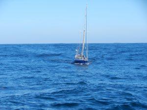 Kikan i utförsbacke. Vågen rullar fram snabbare än båten.