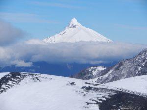 Toppen på 3500 m ö h med molnen nedanför.