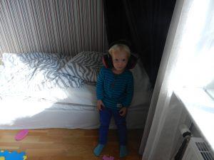 Minsta barnbarnet Edvin, gillar hörselkåpor