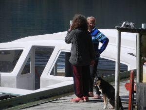 Hunden Puppie med ägaren Jill samt Lena.