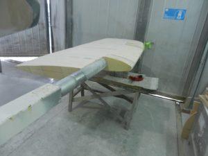 Ytterligare slipning och sågning gör att rätt form börjar anas.