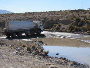 Vägen översvämmad. Hände många gånger. Fick ibland bygga med stenar så att vi kunde komma över.