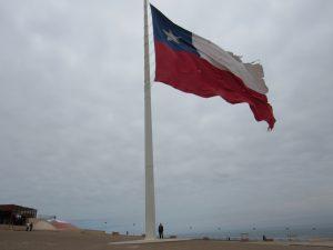 Flagga på berget El Morro i Arica. Största flagga som vi någonsin sett. Heinz står intill flaggstången.